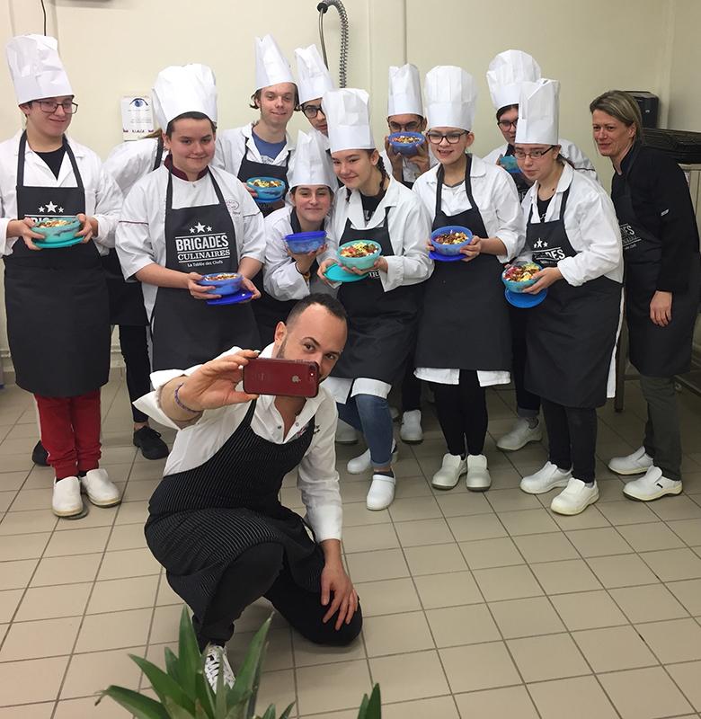 Les collégiens, leur professeur et le chef engagé Nicolas Medkour, lors du lancement des Brigades Culinaires au Collège Victor Hugo de Ham le 28 janvier 2020