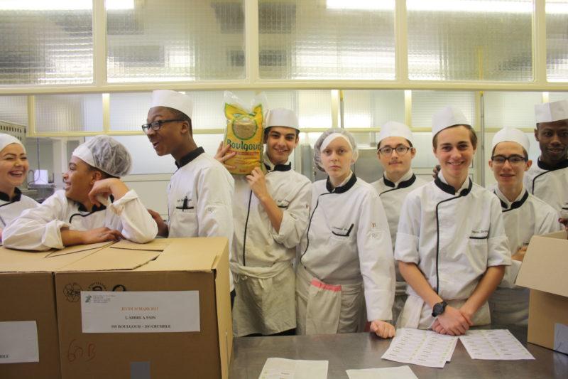 Pendant la SEH, des élèves prêts à livrer à une association d'aide alimentaire, les repas qu'ils ont cuisiné